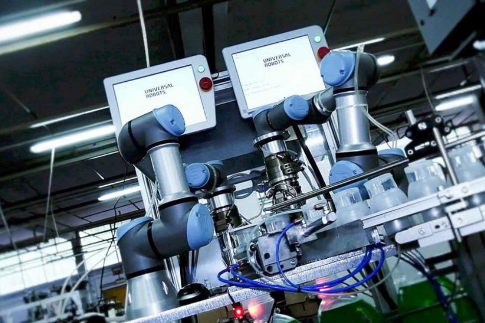 Cobots in der Pharmaindustrie sortieren Ampullen